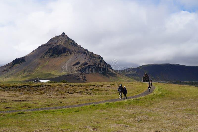 Oidentifierade turister som går nära statyn av Bardur Snaefellsnes, Island arkivfoton