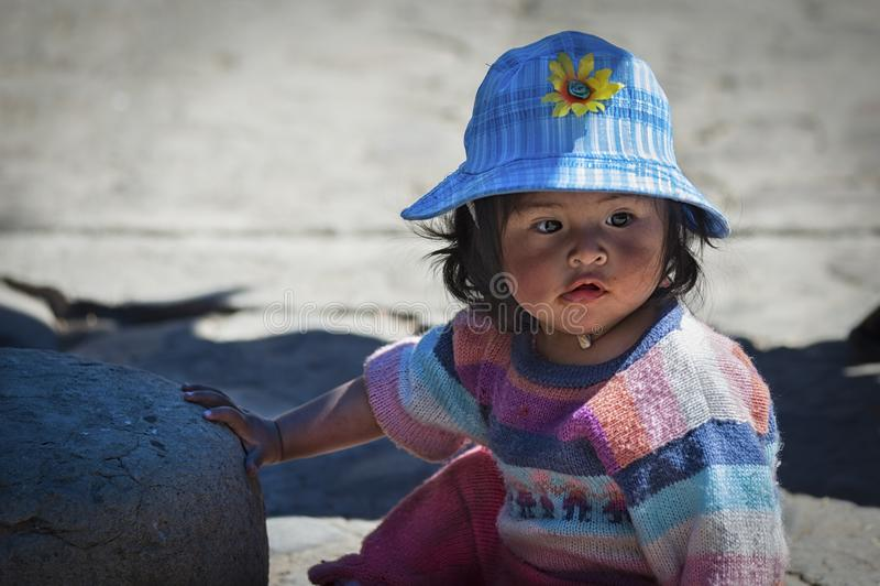 Oidentifierade unga infödda infödda Quechua barn på den lokala Tarabucoen söndag marknadsför, Bolivia royaltyfri bild