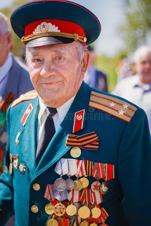 Oidentifierade veteran under berömmen av Victory Day. GOM royaltyfri fotografi