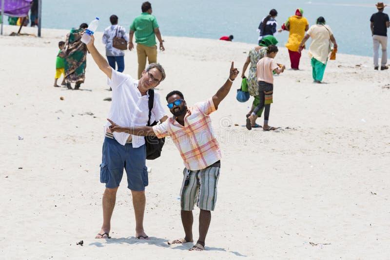 Oidentifierat barn för familjkvinnaman och caucasian man som tar en gå på den härliga soliga morgonen på den Danushkodi stranden  royaltyfri bild