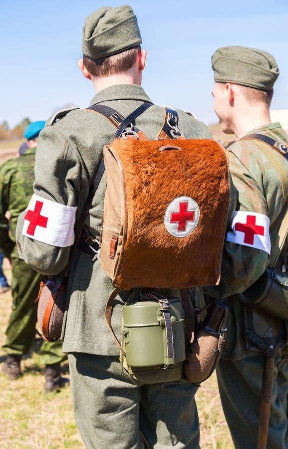 Oidentifierat beträffande-enactors klätt som tyska militära person med paramedicinsk utbildningwi royaltyfri foto