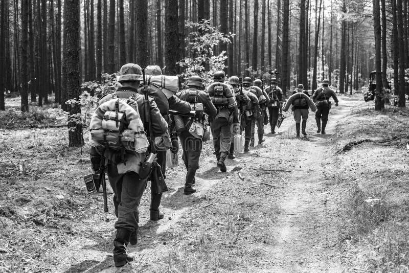 Oidentifierat beträffande-enactors klätt som tyska soldater för världskrig II royaltyfria bilder