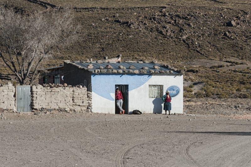 Oidentifierat bolivian folk i byn av Jirira i den `-Ruta Intersalar `en Oruro - Bolivia, Sydamerika arkivfoto