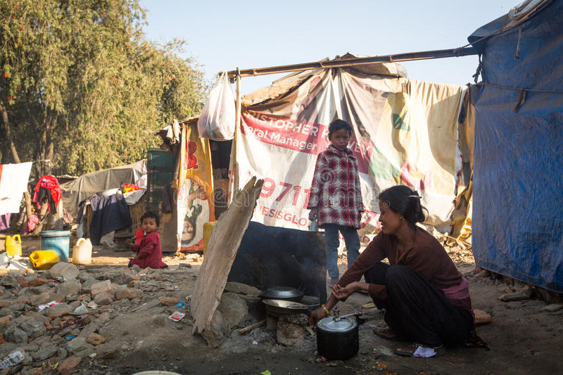 Oidentifierat fattigt folk nära deras hus på slumkvarter i det Tripureshwor området arkivbild