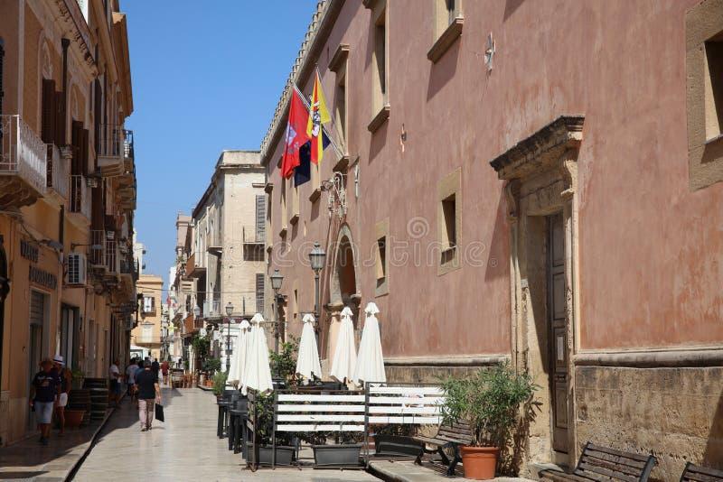 Oidentifierat folk i den gamla staden av marsalan på Sicilien italy arkivfoton