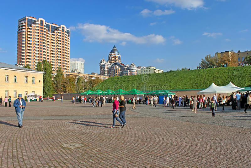 Oidentifierat folk i den Kyiv Pechersk fästningen arkivfoto