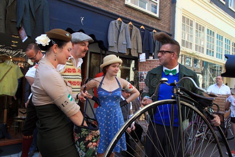 Oidentifierat folk i tappningstilkläder med deras cyklar arkivfoto
