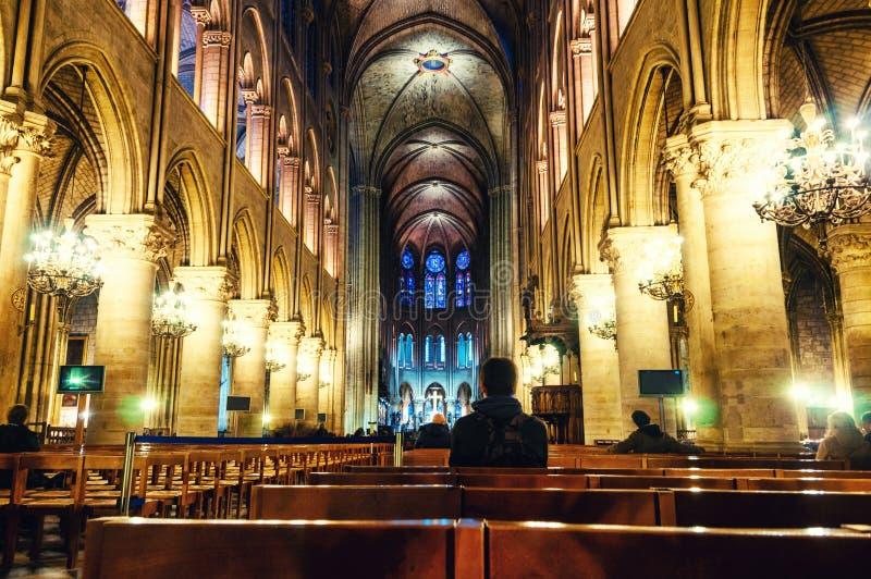 Oidentifierat folk inom Notre Dame den katolska domkyrkan i Paris, Frankrike arkivbilder