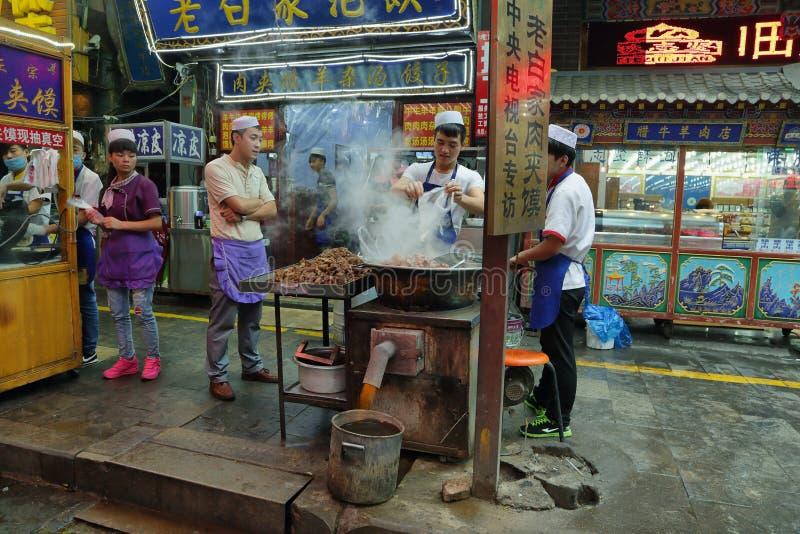 Oidentifierat manmatlagningkött i ett matlager royaltyfri foto