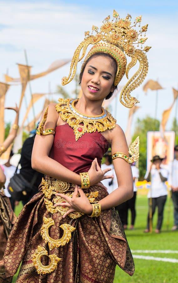 Oidentifierat thai dansa för dansare Elefantpololekar under konungens matchen 2013 för polo för koppelefant på Augusti 28, 2013 p royaltyfri foto