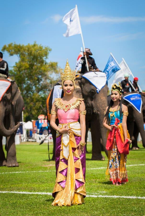 Oidentifierat thai dansa för dansare Elefantpololekar under konungens matchen 2013 för polo för koppelefant på Augusti 28, 2013 p arkivfoto