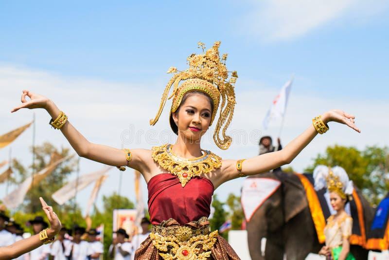 Oidentifierat thai dansa för dansare Elefantpololekar under konungens matchen 2013 för polo för koppelefant på Augusti 28, 2013 p royaltyfri fotografi