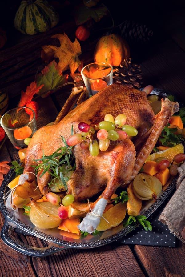 Oie de Noël avec le remplissage de potiron et de fruit image stock