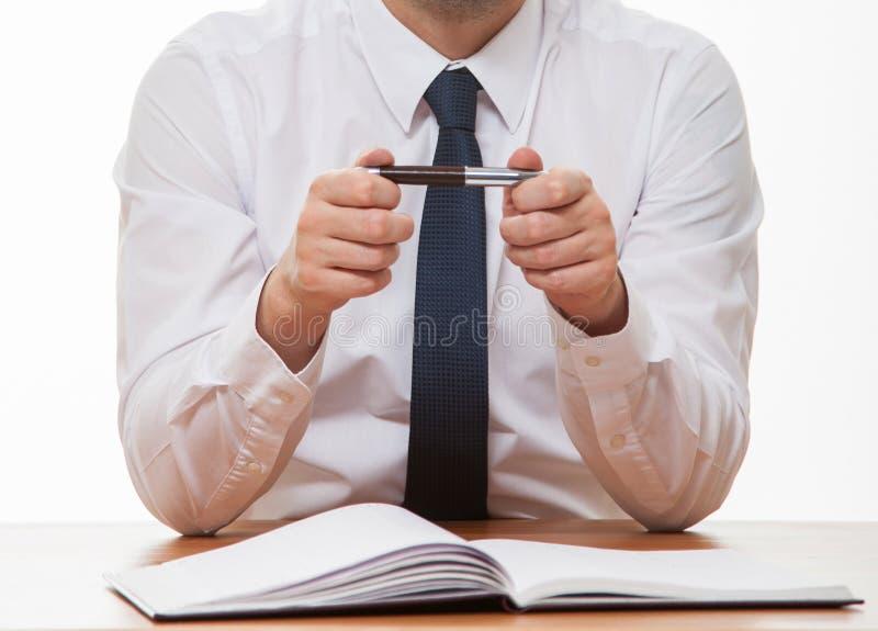 Oigenkännlig affärsman som rymmer en penna royaltyfria bilder