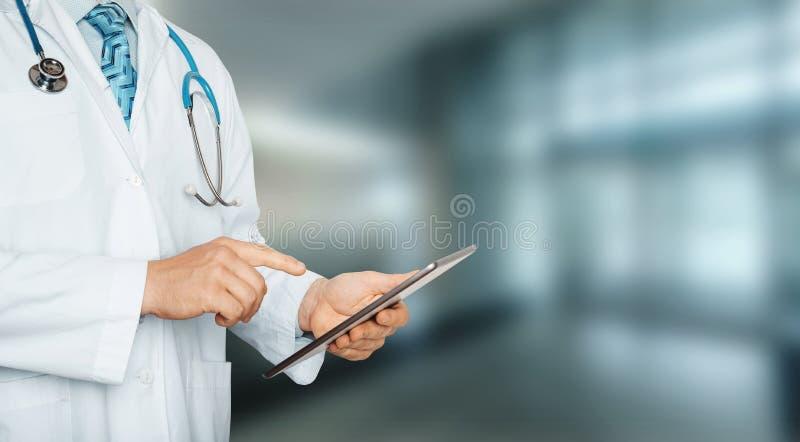 Oigenkännlig doktor som använder den digitala minnestavlan i sjukhus Global teknologi i sjukvård- och medicinbegrepp royaltyfria bilder