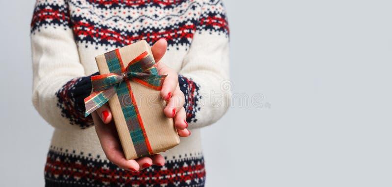 Oigenkännlig kvinna som ger julgåvan royaltyfri foto
