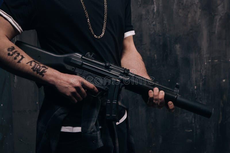 Oigenkännlig mördare med closeupen för prickskyttgevär arkivfoto