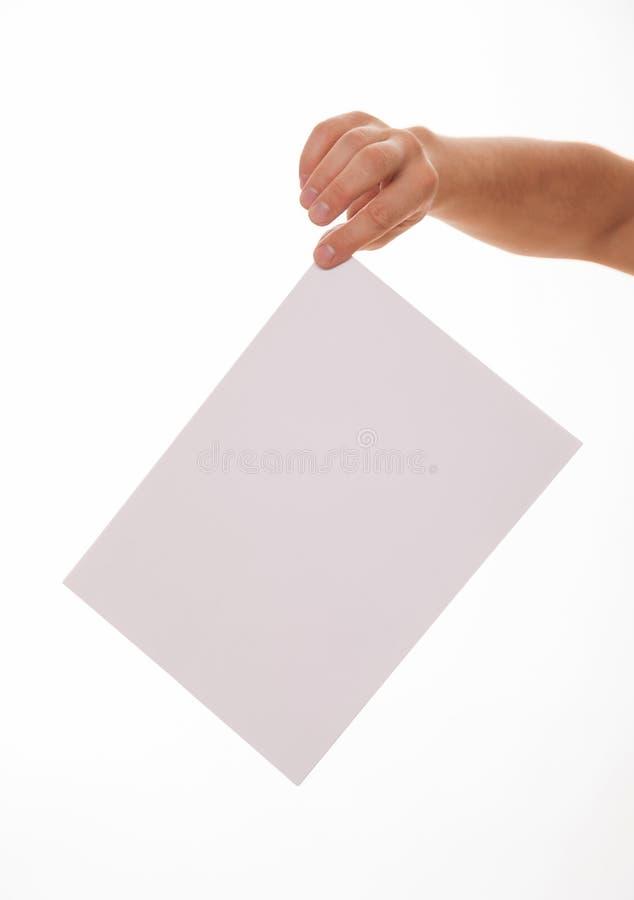 Oigenkännlig man som rymmer ett tomt ark av papper royaltyfria foton