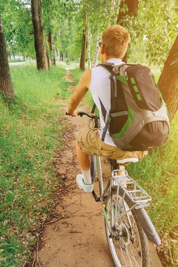 Oigenkännlig mountainbike för cyklistmanridning arkivfoto