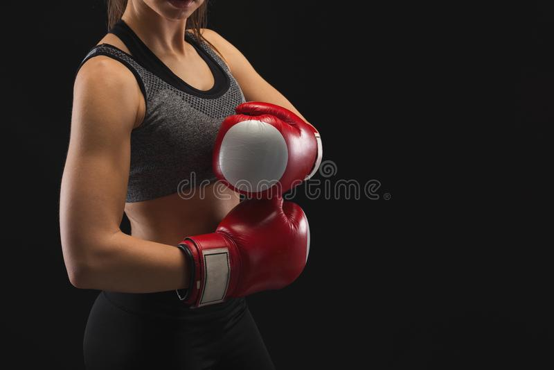 Oigenkännlig ung kvinna med boxninghandskar royaltyfri fotografi