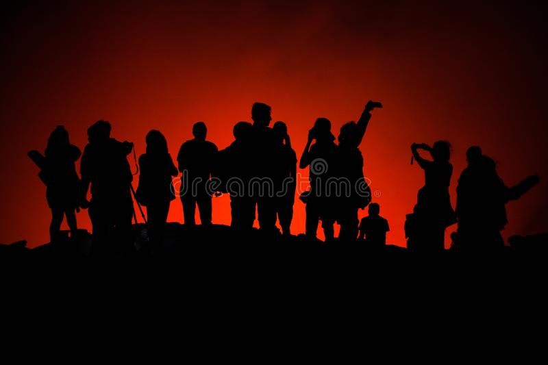 Oigenkännliga touristss konturer på den Erta Ale Volcano kanten royaltyfri foto