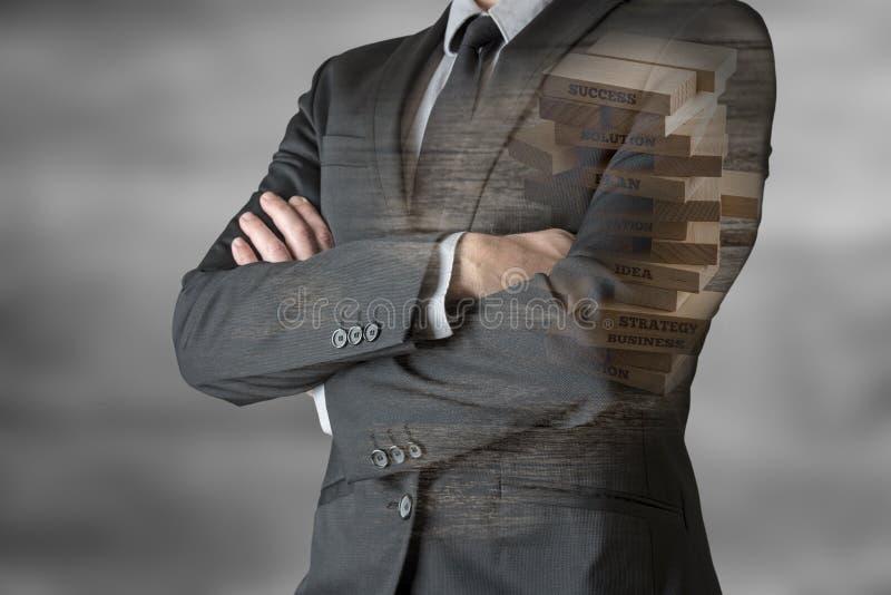 Oigenkännligt affärsmananseende med hans vikta armar arkivfoto
