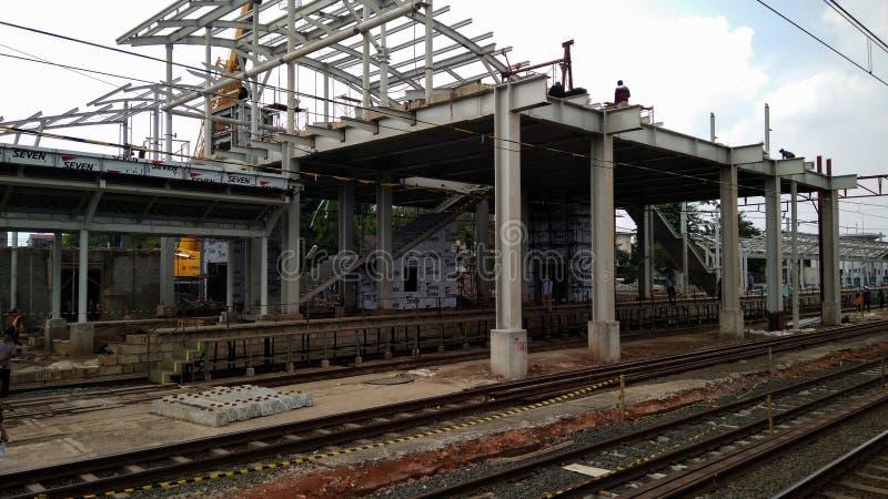 Oigenkännligt folk Konstruktion av en modern järnväg royaltyfria bilder