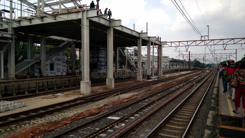 Oigenkännligt folk Konstruktion av en modern järnväg royaltyfri foto