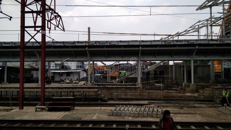 Oigenkännligt folk Konstruktion av en modern järnväg arkivfoto