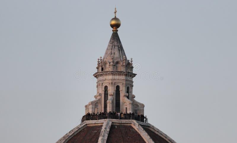 Oigenkännligt folk upptill av den Brunelleschi kupolen, Florence arkivfoton