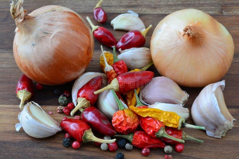 Oignon, ail, piments et grains de poivre photo libre de droits