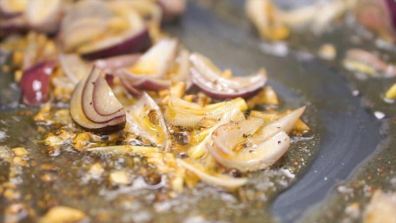 Oignon frit en huile dans une poêle clip Sauté végétarien Consommation saine Vue supérieure Légumes de sauté de vue supérieure de photos libres de droits