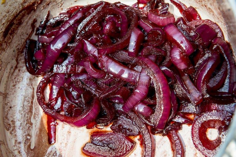 Oignons caramélisés dans la casserole photos stock