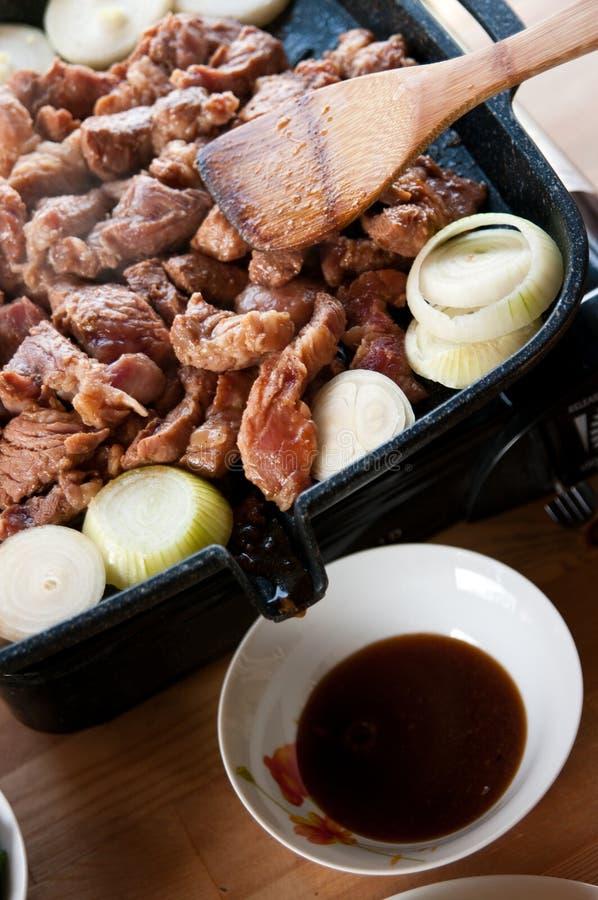 Oignons de viande faisant cuire le gril photographie stock