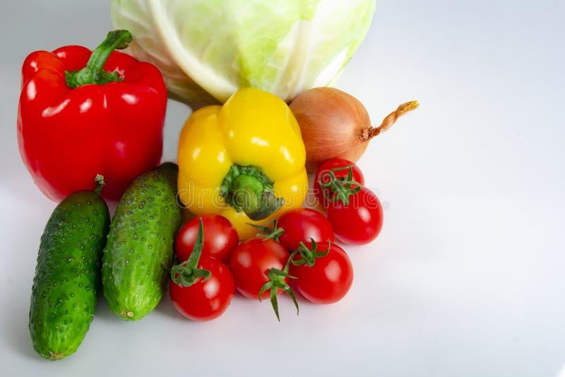 Oignons et ail bulgares de concombres de chou de tomates de poivre de légumes sur un fond blanc photo libre de droits