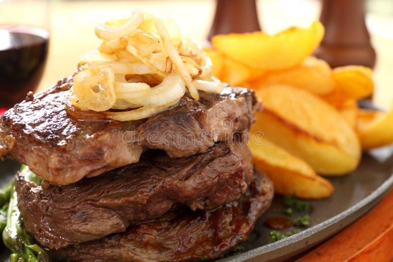 Oignons et bifteck frits photos libres de droits