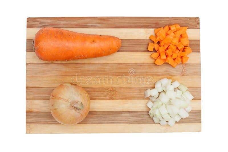 Oignons et carottes sur le conseil images stock