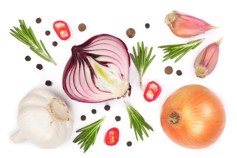 Oignons rouges, ail avec le romarin et grains de poivre d'isolement sur un fond blanc Vue supérieure Configuration plate photo libre de droits