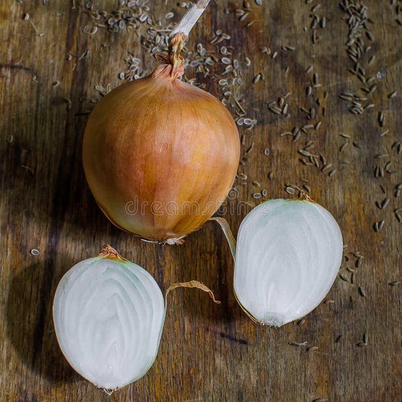 Oignons sur une table en bois image libre de droits