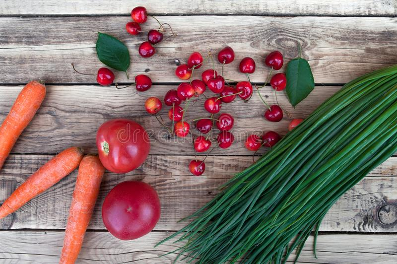 Oignons verts, carottes lavées, tomates rouges, légumes image stock