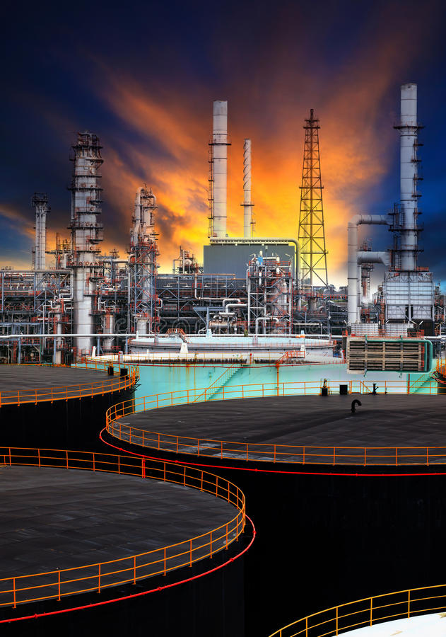 Free Oil Storage Tank And Petrochemical Refinery Plant Use For Energy Fuel Gas And Petroleum Topic Stock Photos - 47352813