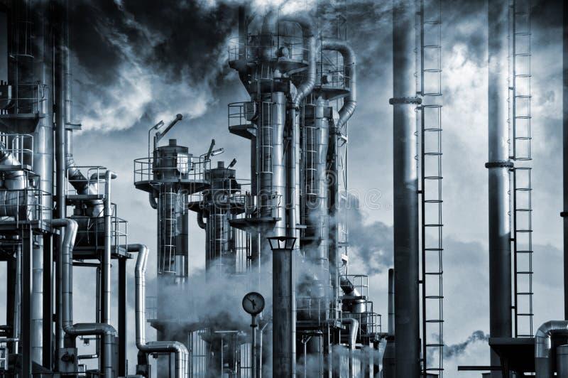 Oilk и газовая промышленность, тяжелые темные облака стоковое фото