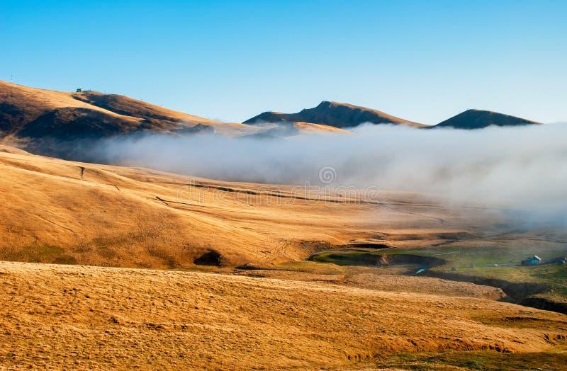 Ointressant landskap med bergdimma arkivbilder