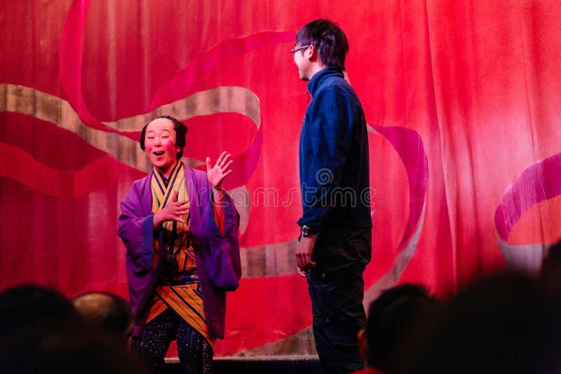 Oiran展示与选择的观众的艺妓展示的滑稽的主人在Noboribetsu日期Judaimura 免版税库存照片