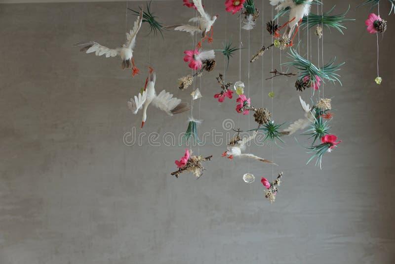 Oiseaux de cigogne avec des fleurs photographie stock libre de droits