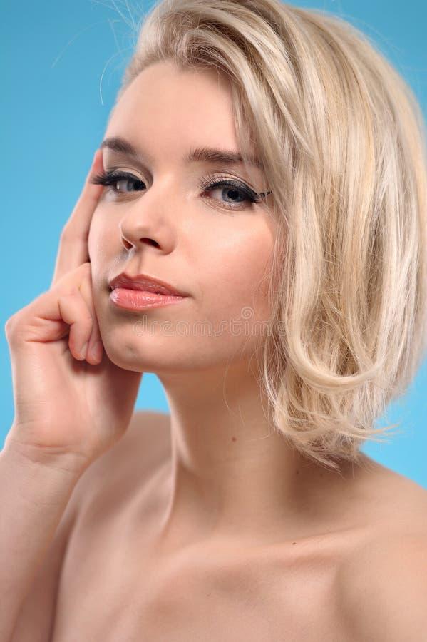oisolerad blond skulderkvinna royaltyfria bilder