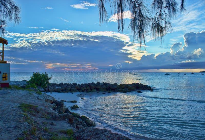 从Oistins海滩观看的可爱的日落在巴巴多斯 库存照片
