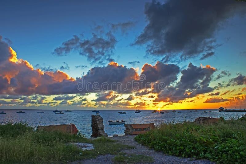 从Oistins观看的日落在巴巴多斯 免版税库存图片