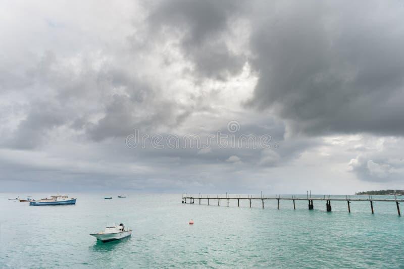 OISTINS, BARBADOS - 15. MÄRZ 2014: Miami Beach in Barbados mit Yacht lizenzfreie stockfotografie