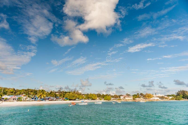 OISTINS, BARBADOS - 15. MÄRZ 2014: Miami Beach-Landschaft mit Ozean-Wasser-blauem Himmel stockfotografie